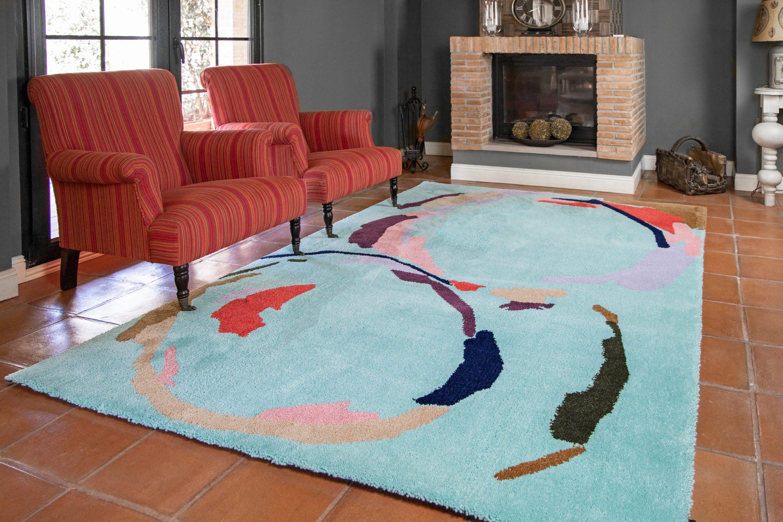 alfombra de diseño junto con sofas a color