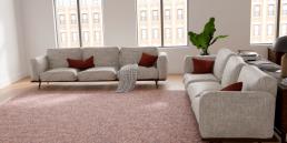 alfombra jaspeada combinada con sofa claro y cojines de color