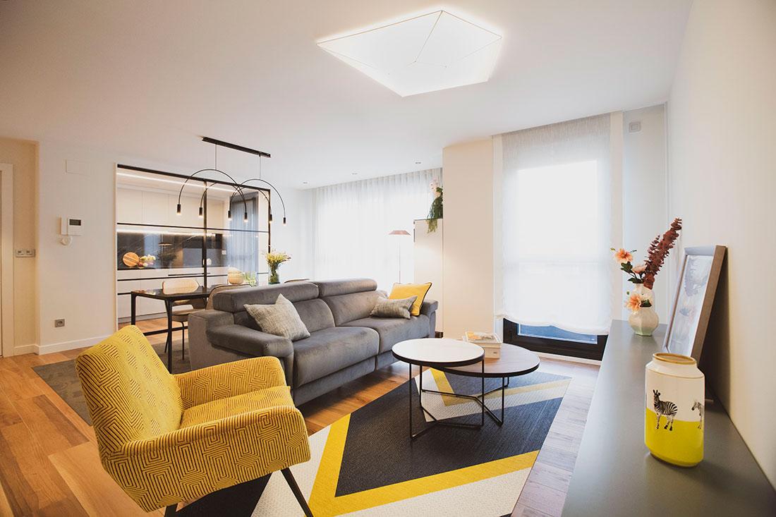 salón con decoración en tonos amarillos