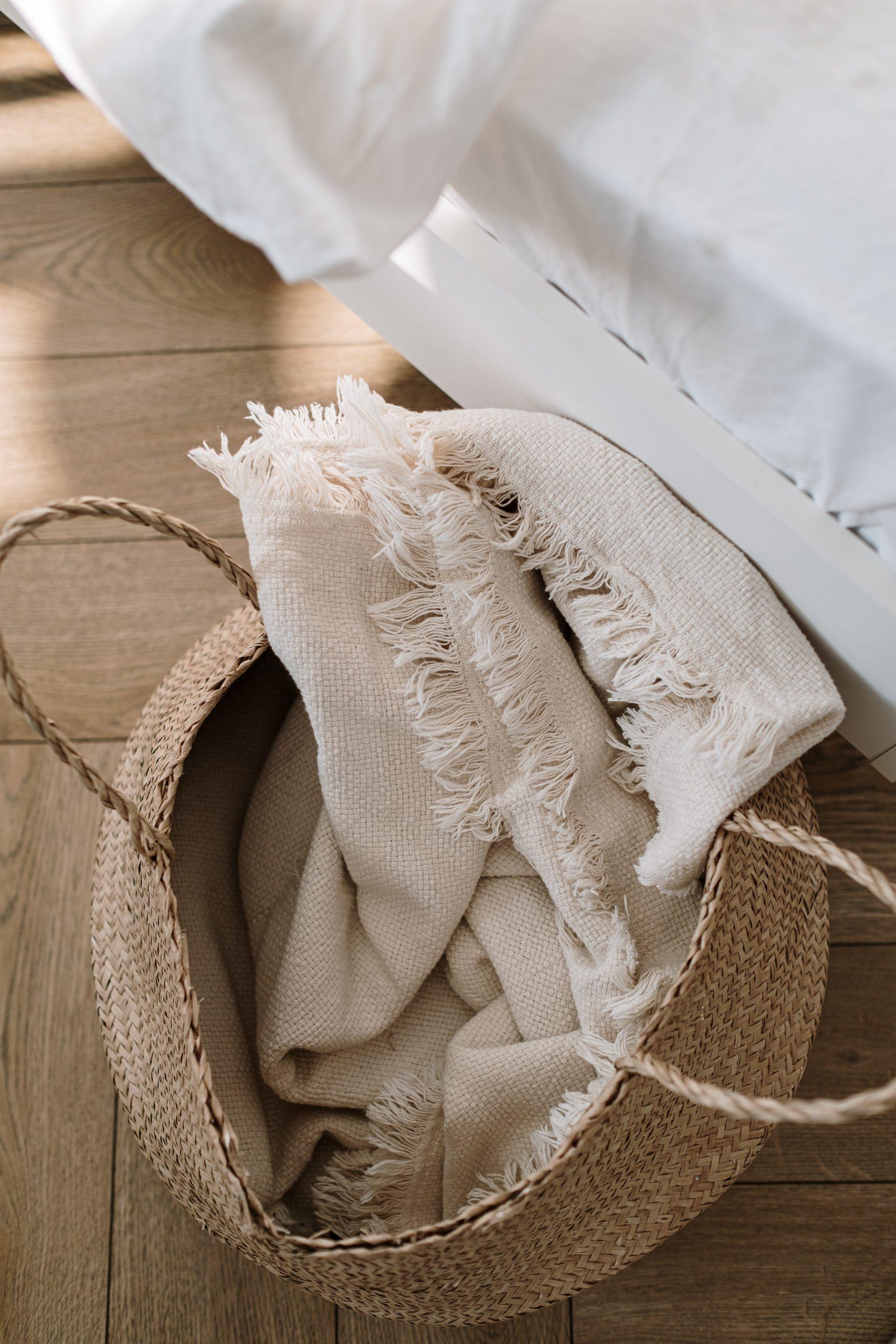 cesta de mimbre para guardar mantas